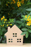 有开花树的木玩具房子 免版税库存图片