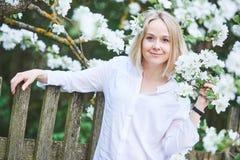 有开花的微笑的妇女在春天从事园艺 库存照片