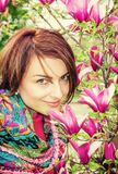 有开花的木兰的白种人妇女 库存图片