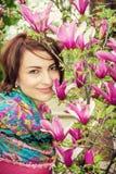 有开花的木兰的白种人妇女 免版税图库摄影