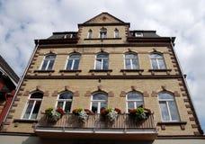 有开花的阳台的大房子和大白色窗口在沿莱茵河谷的巴哈拉在德国 图库摄影