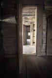 有开门和阳光的走廊 免版税库存图片