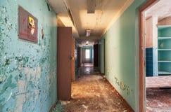 有开门的走廊在一个被放弃的大厦 免版税库存图片