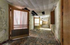 有开门的走廊在一个被放弃的大厦 免版税库存照片