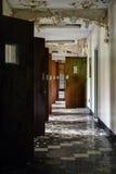 有开门的遗弃走廊-被放弃的医院 库存图片