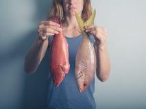 有异乎寻常的鱼的少妇 免版税库存图片