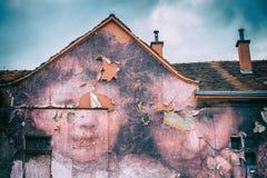 有异常的字符的一个老房子 图库摄影