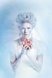 有异常的构成的雪女王/王后和心脏在手上 库存照片