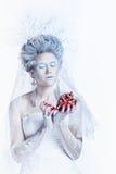 有异常的构成的雪女王/王后和心脏在手上 免版税库存照片