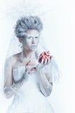 有异常的构成的雪女王/王后和心脏在手上 免版税库存图片