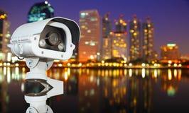 有弄脏的城市的CCTV在夜背景中 免版税库存图片
