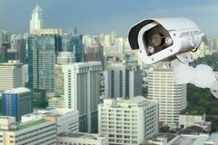 有弄脏的城市的CCTV在背景中 库存图片
