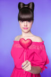 有弓发型的,深色的年轻模型h可爱的青少年的女孩 免版税库存图片