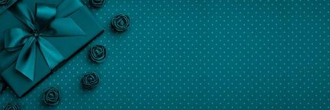 有弓和丝带的,花礼物盒上升了在深蓝或绿松石背景的顶视图 平的位置 顶视图 3月8日妇女天 库存图片
