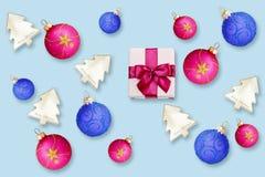 有弓和圣诞节球的五颜六色的礼物盒 免版税图库摄影
