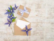 有弓和贺卡的礼物盒 免版税库存照片