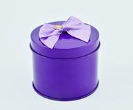 有弓的圆的紫色礼物盒在白色背景中 免版税库存照片
