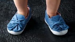 有弓的女婴第一双蓝色牛仔布鞋子 免版税图库摄影
