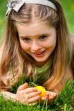 有弓的孩子在室外顶头发现的复活节彩蛋 免版税库存图片