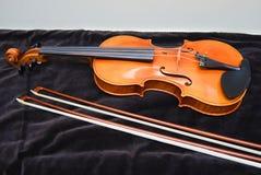 有弓的小提琴 免版税库存照片
