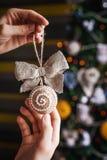 有弓的手工制造圣诞节玩具在被弄脏的,闪耀的和神仙的背景 免版税库存照片