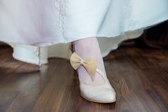 有弓的新娘鞋子 库存照片