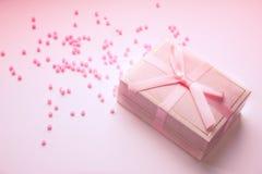 有弓的浪漫礼物盒 库存照片