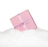 有弓的礼物桃红色箱子在被隔绝的雪 库存照片
