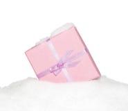 有弓的礼物桃红色箱子在雪 库存图片