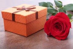 有弓的礼物盒和在白色背景上升了 装饰 免版税图库摄影