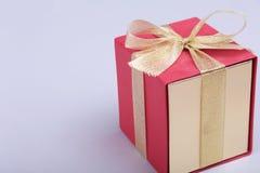 有弓的礼物盒在木背景 免版税库存照片