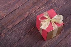 有弓的礼物盒在木背景 库存照片