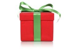 有弓的红色礼物盒在圣诞节、生日或者Valent的礼物的 免版税库存图片