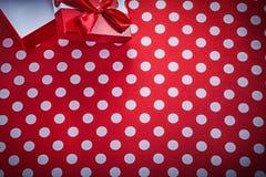有弓的被打开的礼物盒在短上衣小点红色织品庆祝co 免版税库存照片