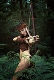 有弓的野生女猎人 免版税库存照片