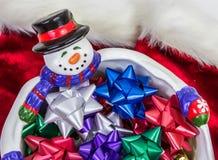 有弓的雪人碗 免版税库存照片