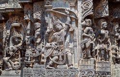 有弓箭的古老战士在印度寺庙墙壁上 第12个centur Hoysaleshwara寺庙在Halebidu,印度 免版税库存照片