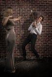 有弓箭的惊人的妇女寻找了一个英俊的人 免版税图库摄影