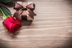 有弓红色玫瑰假日概念的被包裹的当前箱子 免版税图库摄影