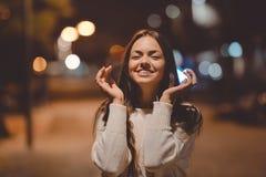 有引人入胜的微笑的快乐的年轻美丽的夫人 库存图片