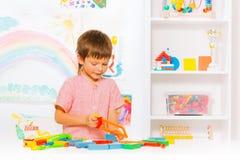 有引形钢锯的小逗人喜爱的男孩在教室 图库摄影