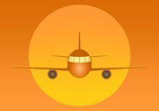 有引擎和窗口的橙色飞行班机从与大黄色太阳的前面在橙色背景的后面 空气tr 免版税图库摄影