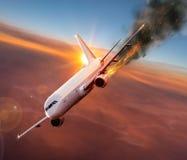 有引擎的飞机在火,空中灾害的概念 免版税库存图片