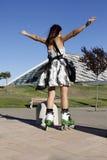 有张开她的胳膊的冰鞋的妇女 图库摄影