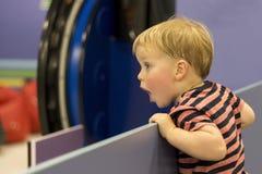 有张的嘴的惊奇的男婴在触目惊心 复制您的文本的空间 库存图片