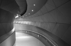 有弯曲的形式的现代大厦走廊 库存图片