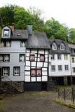 有弯曲的板条的奇怪的老tudor样式房子 免版税库存图片