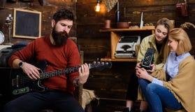 有弹吉他的梦想的看起来的有胡子的人 有行家胡子的人思考在音乐,宁静概念的 音乐家 库存照片