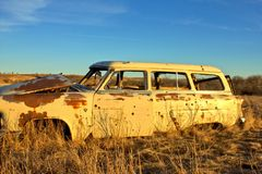 有弹孔的经典汽车 库存图片