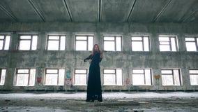 有弹小提琴的一名古铜头发的妇女的搁浅的室 影视素材